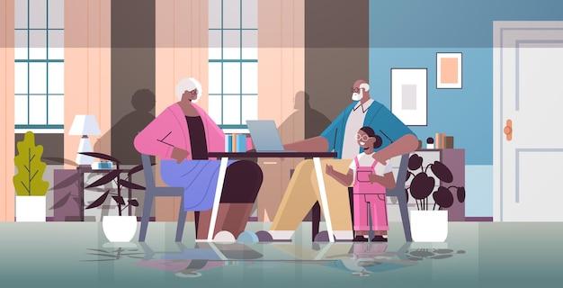 Feliz abuelos afroamericanos con nieta usando laptop red de medios sociales comunicación en línea concepto de vejez sala de estar interior horizontal ilustración vectorial de longitud completa