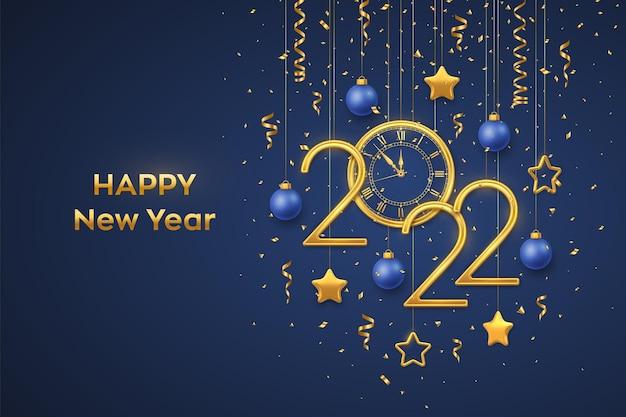 Feliz año nuevo 2022. números metálicos dorados 2022 y reloj con número romano y cuenta regresiva de medianoche, víspera de año nuevo. colgante de estrellas y bolas doradas sobre fondo azul. ilustración vectorial realista.