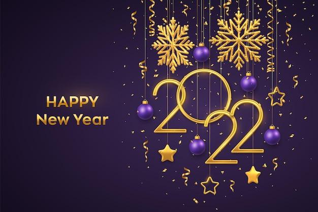 Feliz año nuevo 2022. números metálicos dorados colgantes 2022 con brillantes copos de nieve, estrellas metálicas 3d, bolas y confeti sobre fondo morado. tarjeta de felicitación de año nuevo o plantilla de banner. vector.