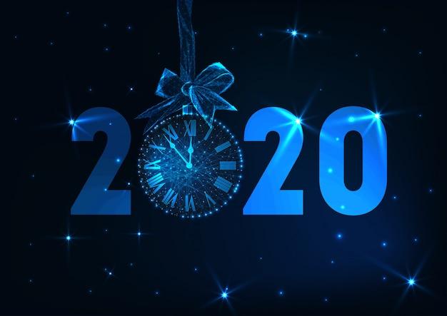 Feliz año nuevo banner con texto futurista que brilla intensamente bajo poli 2020, cuenta regresiva del reloj, arco de regalo, estrellas.