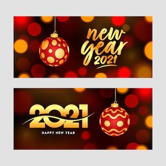 Feliz año nuevo celebración banner con adorno colgante sobre fondo marrón bokeh.