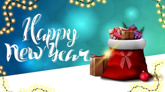 Feliz año nuevo, postal de felicitación azul con fondo borroso y bolsa de santa claus con regalos