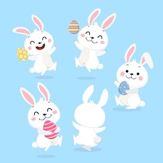 Feliz conejito blanco y huevos de pascua
