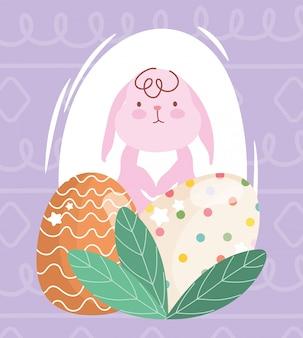 Feliz conejo rosa de pascua y huevos decorativos follaje
