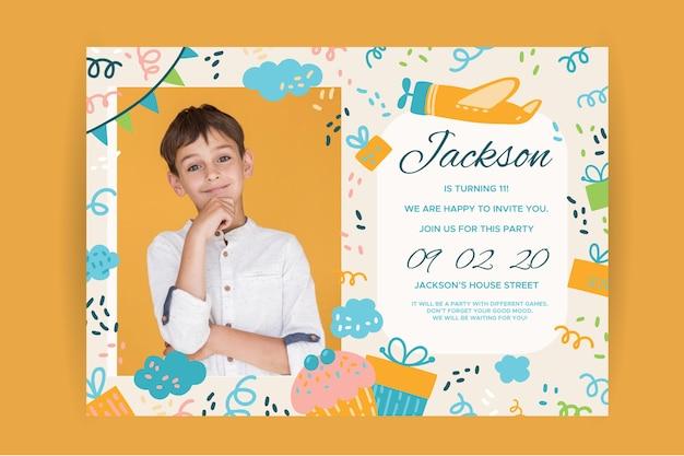 Feliz cumpleaños invitación infantil con niño