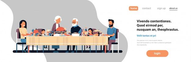 Feliz día de acción de gracias multi generación familia sentado mesa celebrando el día de agradecimiento