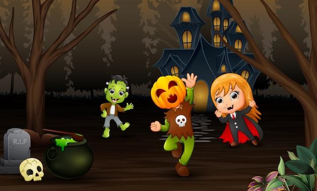 Feliz día de halloween de celebración de niños con fondo de casa embrujada