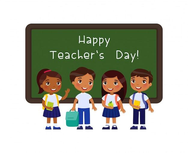 Feliz día del maestro saludo ilustración plana. sonrientes alumnos de pie junto a la pizarra en el personaje de dibujos animados del aula. los escolares indios felicitan a los maestros. celebración festiva educativa