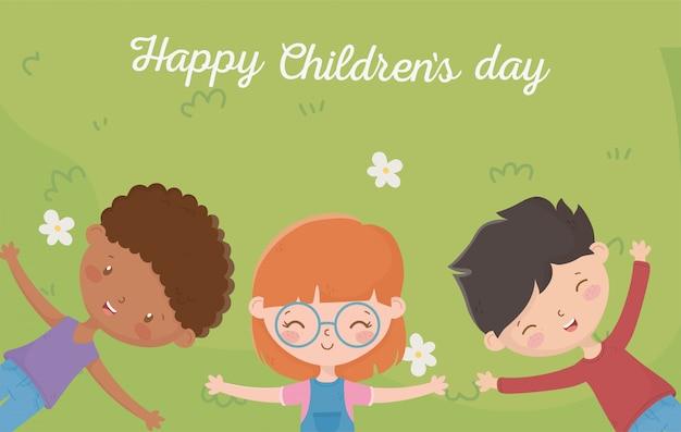 Feliz día del niño niña y niño descansando en el prado con flores