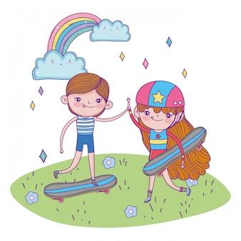 Feliz día de los niños, lindo niño y niña con patineta en la hierba
