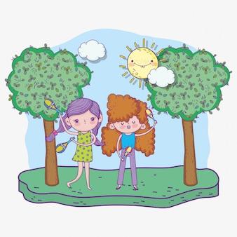 Feliz día de los niños, niñas cantando con instrumentos de maracas en el parque