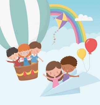 Feliz día de los niños, niños volando con avión de papel y globo aerostático
