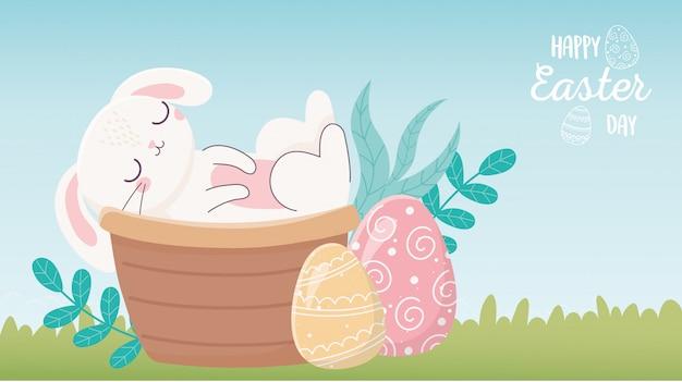 Feliz día de pascua, conejo en cesta huevos naturaleza