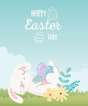 Feliz día de pascua, conejo descansando con flores de huevos en la hierba