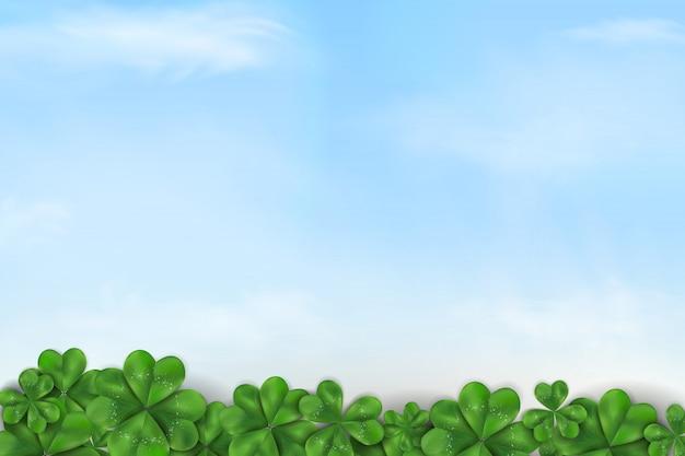 Feliz dia de san patricio. diseño del día de st patrick con el cielo azul y las nubes, hoja del trébol del trébol en fondo de la naturaleza de la primavera.