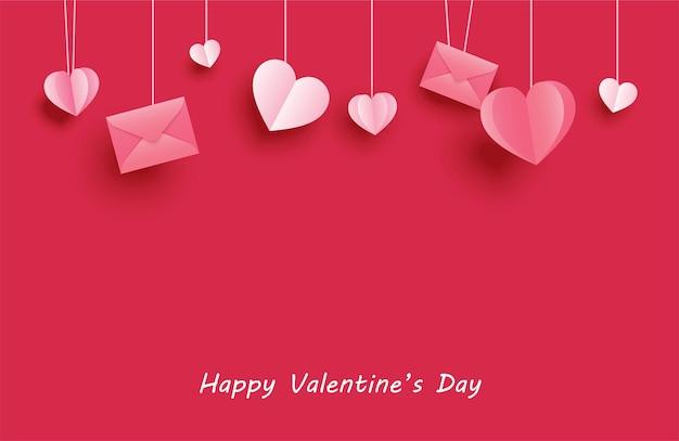Feliz día de san valentín tarjetas de felicitación con corazones de papel colgando sobre fondo rojo pastel.