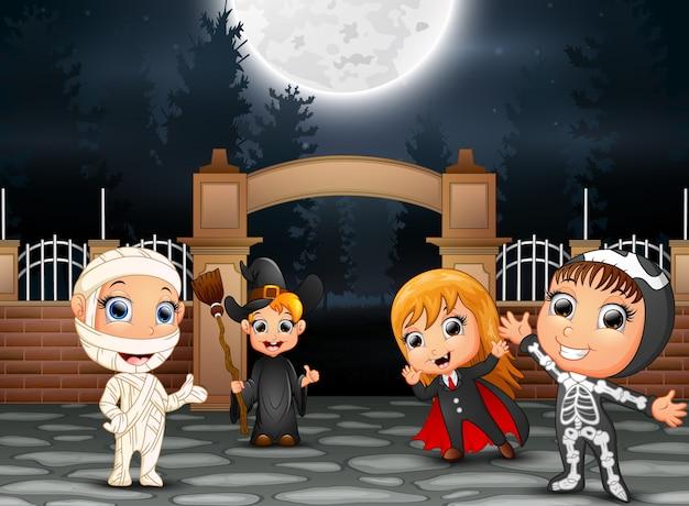 Feliz fiesta de halloween con grupo de niños disfrazados.