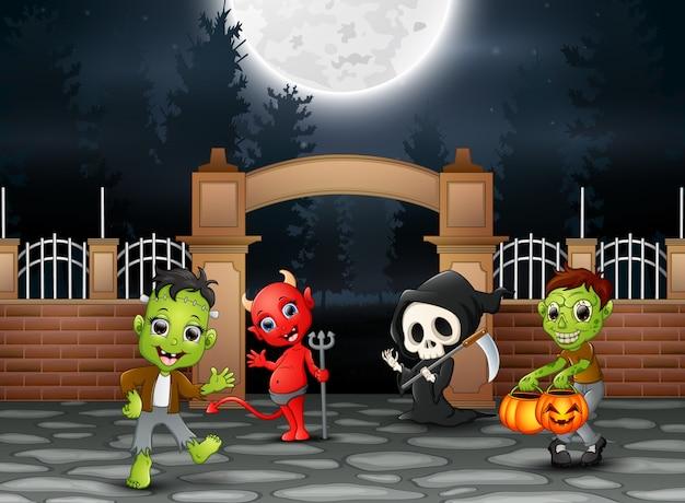 Feliz fiesta de halloween con grupo de niños.
