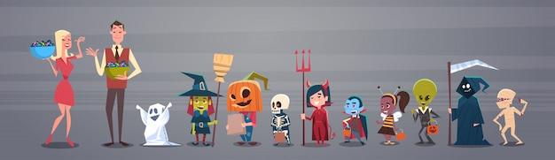Feliz halloween banner con hombre y mujer dando dulces a monstruos lindos de la historieta