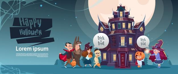 Feliz halloween monstruos lindos caminando al castillo gótico con concepto de tarjeta de felicitación de fantasmas