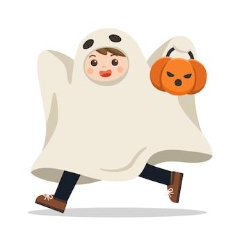 Feliz halloween. niño divertido en coloridos trajes de fantasmas y canasta de calabaza.