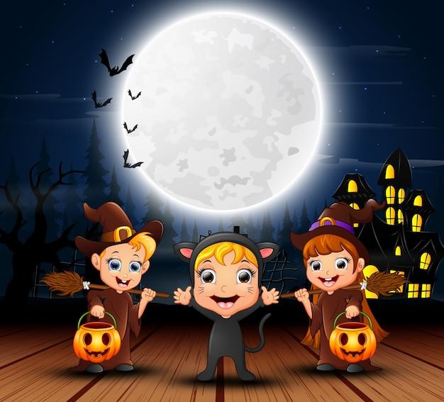 Feliz halloween niños con casa de miedo