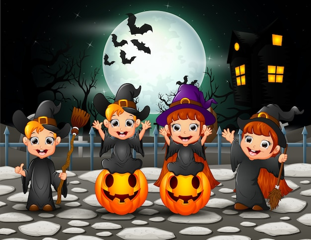 Feliz halloween niños en fondo de luna llena