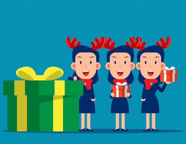 Feliz hombre de negocios y caja de regalo