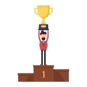 Feliz hombre de negocios se sienta en el podio y sostiene el trofeo del primer lugar en su mano