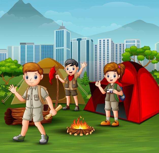 Feliz joven scout con mochilas de camping en el parque de la ciudad