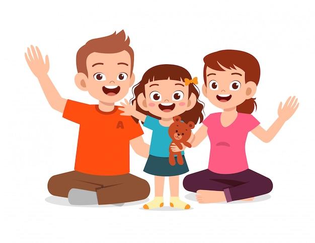 Feliz linda chica sonriendo junto con los padres