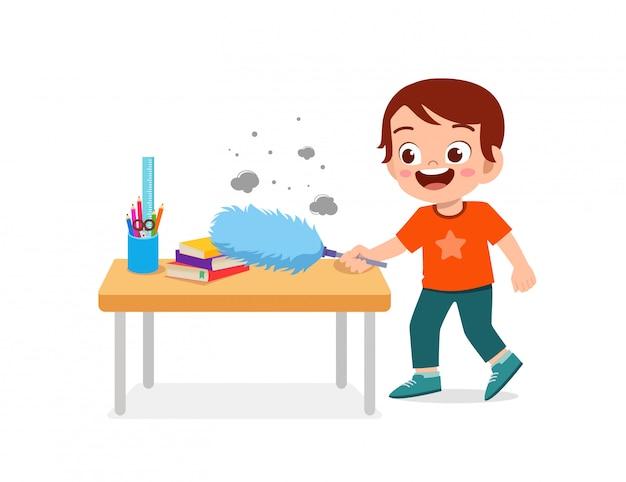 Feliz lindo niño y niña hacen tareas de limpieza de mesa