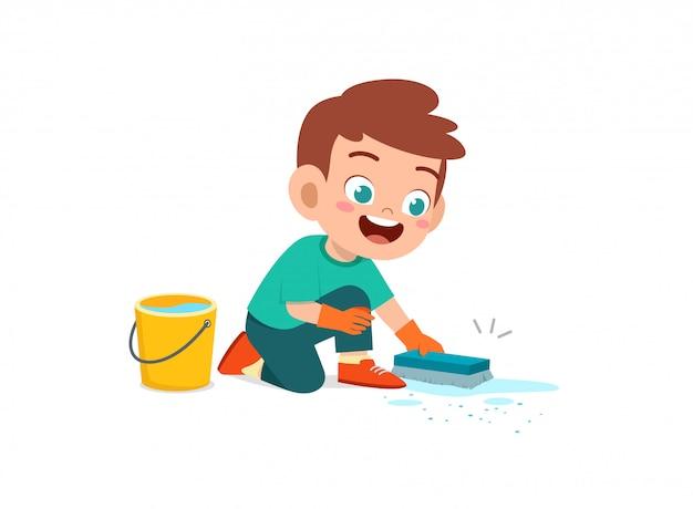 Feliz lindo niño y niña hacen tareas de limpieza del piso