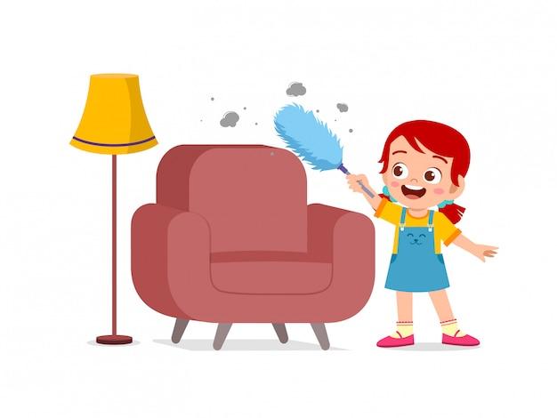 Feliz lindo niño y niña hacen tareas de limpieza silla