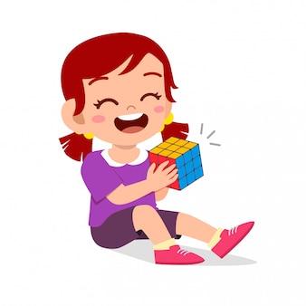 Feliz lindo niño niña jugar rubik cube