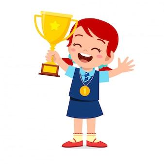 Feliz lindo niño niña sosteniendo el trofeo