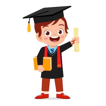 Feliz lindo niño niño graduado de la escuela