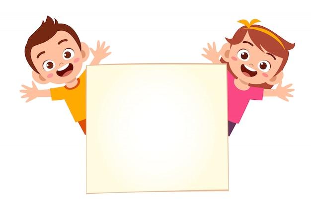 Feliz lindo niño niño y niña con banner en blanco