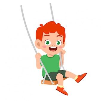 Feliz lindo niño pequeño niño jugar swing