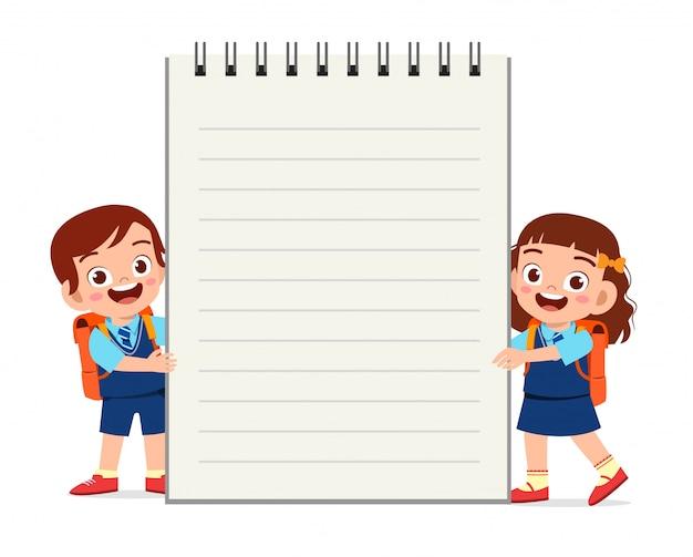 Feliz lindo niño pequeño niño y niña cuaderno
