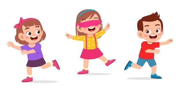 Feliz lindo niño pequeño niño y niña juegan etiqueta con los ojos vendados