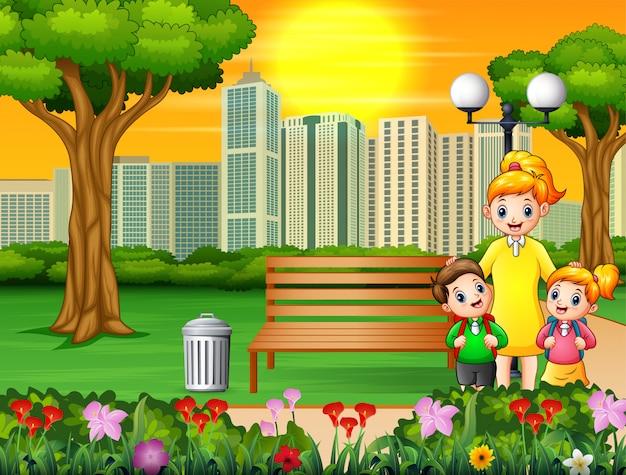 Feliz madre e hijos en el parque de la ciudad