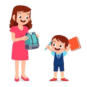 Feliz madre preparando la bolsa para su hijo