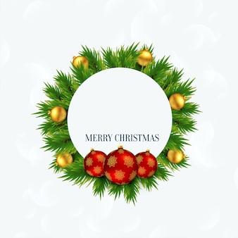 Feliz marco de navidad con bolas y hojas de árbol de navidad