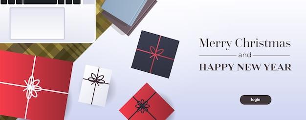 Feliz navidad cartel lugar de trabajo escritorio vista de ángulo superior mesa portátil regalo presente cajas tarjeta de felicitación plana horizontal ilustración vectorial