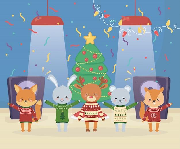 Feliz navidad celebración animales lindos con suéter resplandor luces árbol música altavoz