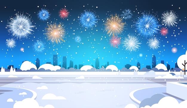 Feliz navidad feliz año nuevo cartel coloridos fuegos artificiales saludo invierno paisaje urbano tarjeta de felicitación horizontal plana ilustración vectorial