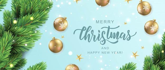 Feliz navidad mano rotulación tarjeta de texto. rama de pino realista con adornos de bolas de oro.
