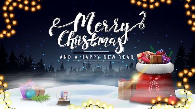 Feliz navidad y próspero año nuevo, postal azul con paisaje de invierno nocturno y bolsa de santa claus con regalos en la niebla