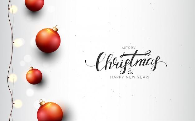 Feliz navidad tarjeta de felicitación blanca con bolas rojas, guirnalda, bokeh.
